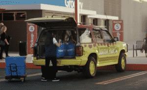 Walmart usa carros famosos do cinema em novo comercial promovendo serviço de retirada em suas lojas nos Estados Unidos 11
