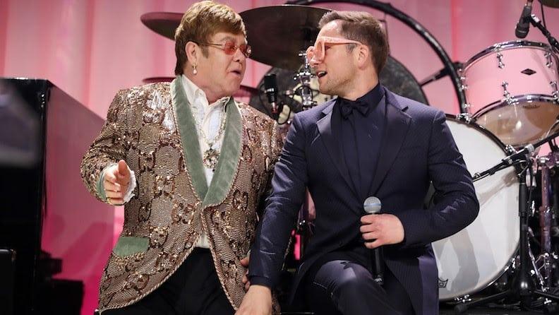Rocketman – Elton John e Taron Egerton cantam 'Tiny Dancer' em festa pós-Oscar
