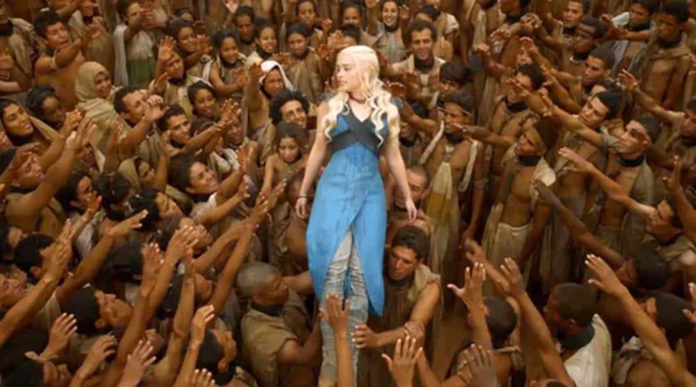 Emilia Clarke como Daenerys Targaryen é carregada pelos escravos na Baía dos Escravos em cena de Game of Thrones da HBO