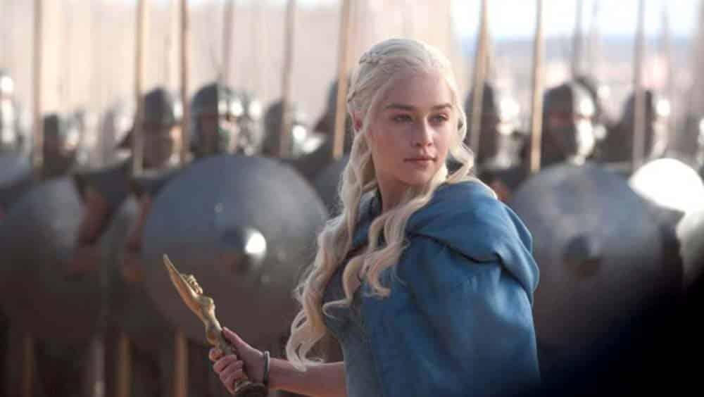 Emilia Clarke no papel de Daenerys Targaryen à frente de seus Imaculados em cena de Game of Thrones da HBO